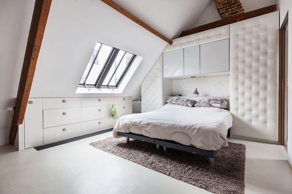 Etage 3 - chambre 1, grand lit double et salle de bain.