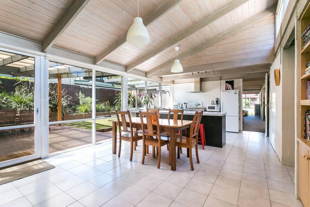 Open plan dining & kitchen