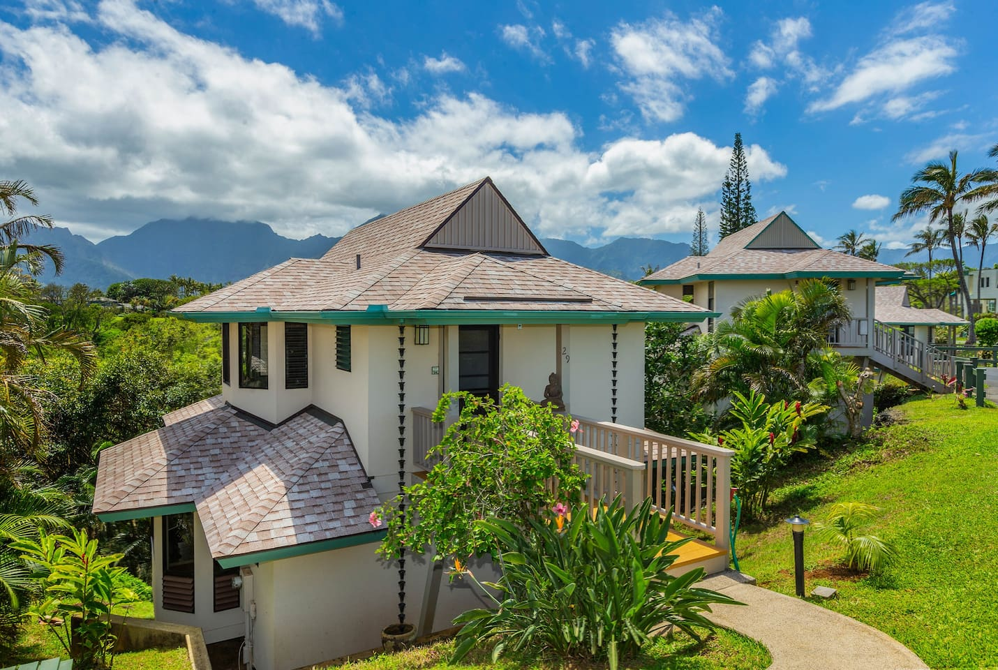 Your ridge-line retreat faces the Pacific with a North Shore mountain backdrop. Walking distance to Pu'u Poa beach along the bay and Hideaways beach which offers great snorkeling and coastal views