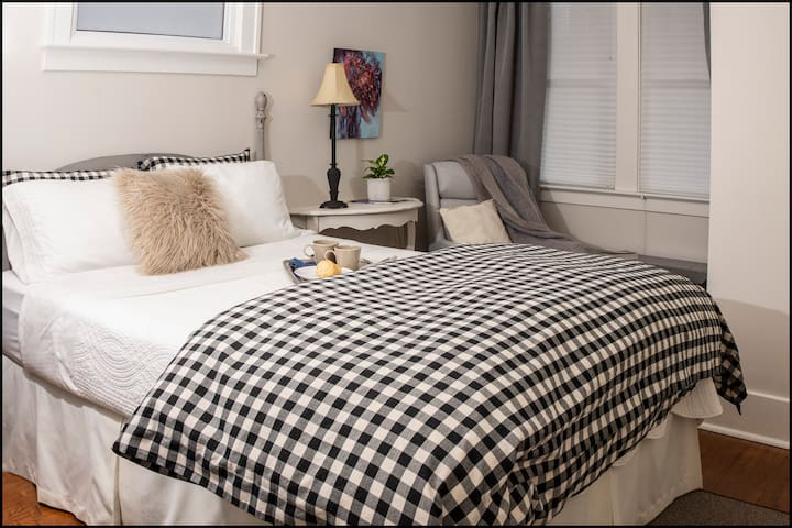 Queen size bed welcomes you in the prinicipal bedroom. Bedside lamps placed perfectly for nighttime reading. Fluffy duvet in the winter invites you into a wonderful night's sleep. Overhead fan to cool you in the summer.