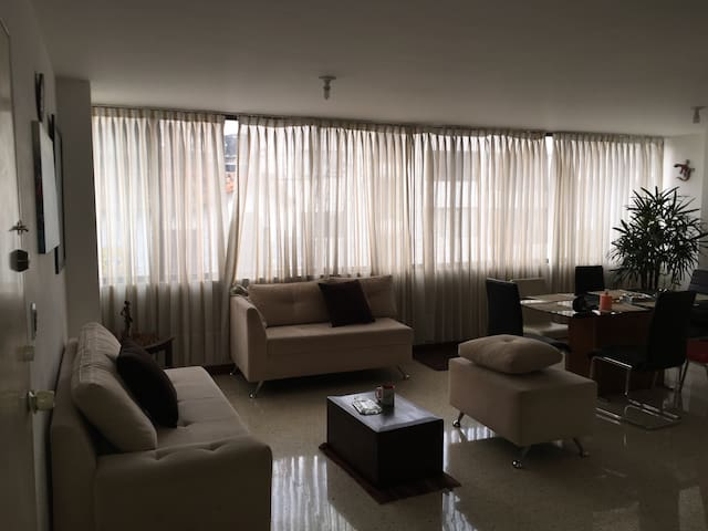 APT WITH WIFI,DIRECTV,HOT WATER,BIG LIGHTED SPACE. - Cali - Wohnung
