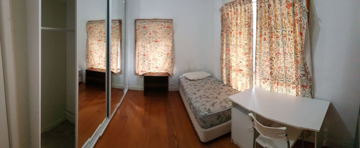 Private room in sharehouse Near Deakin University