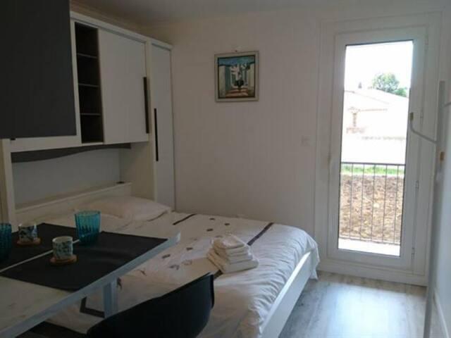 Chambre de 12 m² avec balcon située à proximité de la plage et des commerces.