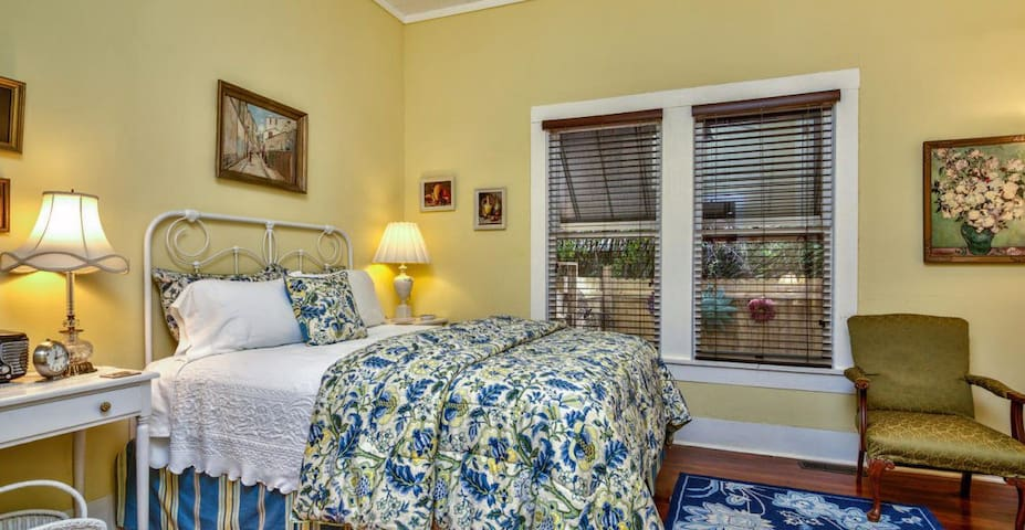 Grady House Bed & Breakfast  -  Yellow Room