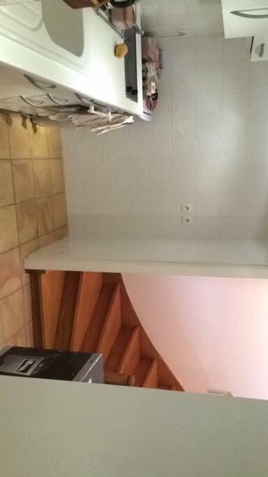 cuisine + escalier menant au séjour