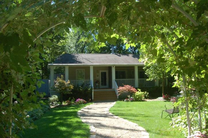 Contemporary romantic cottage 2 blks to beach for Michigan romantic cabins
