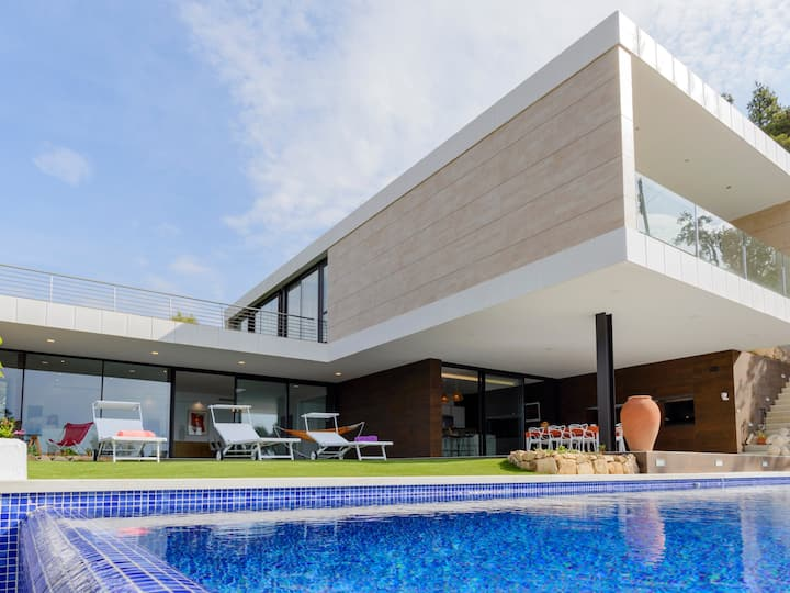 DANLUX LUCIA. LUXURY VILLA WITH SWIMMING POOL