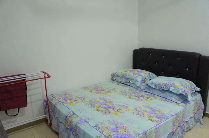 Bilik 2 : 1 queen bed, kipas, almari