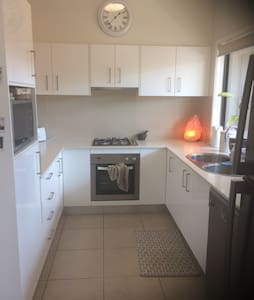 Modern space with private bathroom and wifi - Enoggera - Hus