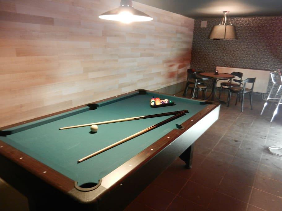 Billard, table de poker, bar et salon cinéma  au sous sol