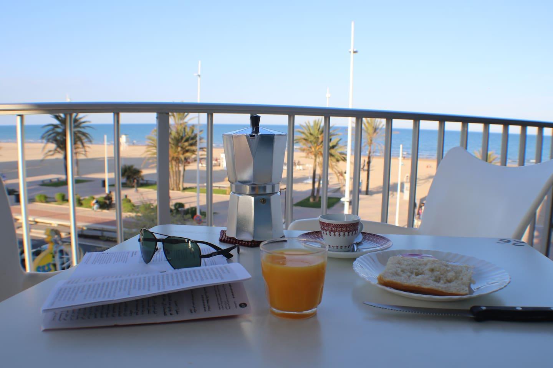 Fantásticas y Luminosas Vistas a la Playa  y al Paseo Marítimo desde la terraza del Apartamento