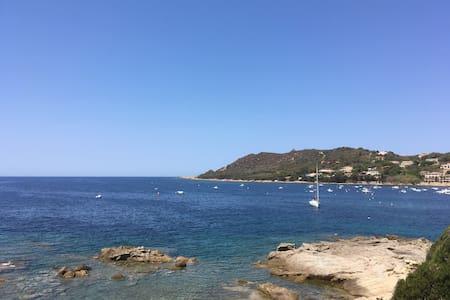 Mini villa vue mer au pied d'une crique privée