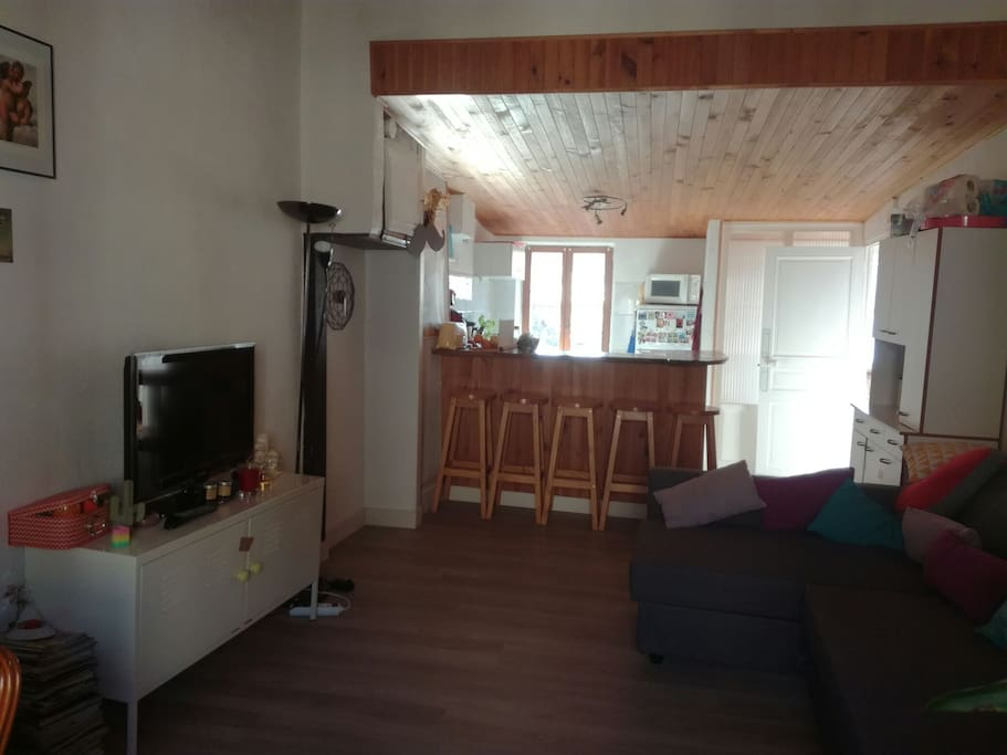 vu du salon sur le bar de la cuisine, avec canapé d'angle