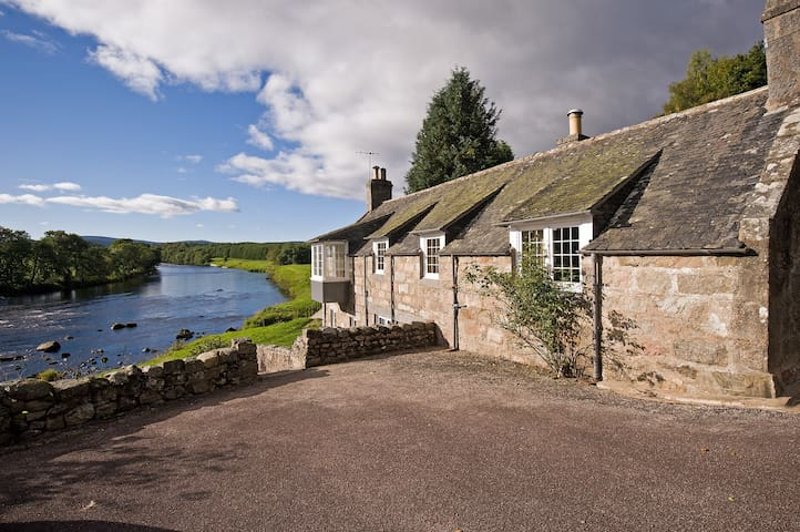 Mill Cottage in stunning riverside position - Aberdeenshire