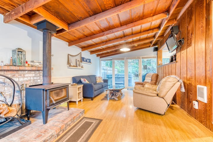 Cute dog-friendly beach cabin w/ wood-burning fireplace & private hot tub!