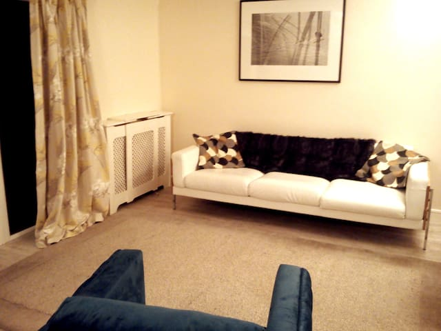 Entire 3 bed House Central Windsor,  Contemporary