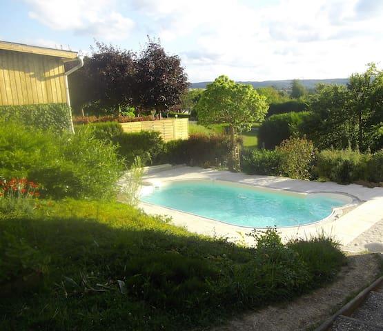 Vaste chambre, vue piscine