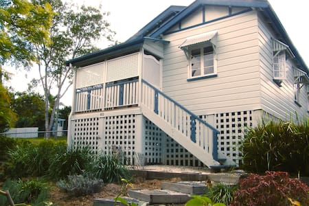 Beautiful 2 bed Queenslander with AC close to CBD - Ashgrove - บ้าน