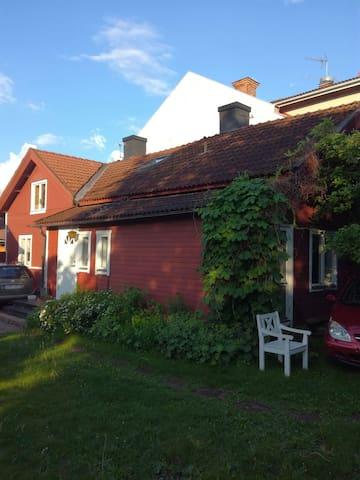 Charmigt falurött hus i centrum av Falun