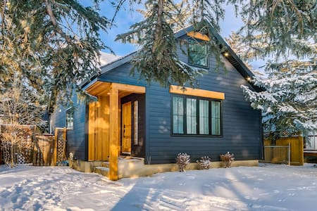 Bright, Chic Home Mins to DT & Shops w/ Banff Pass