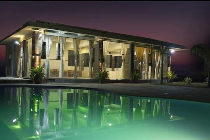 Villa One with Swimming Pool. - Lonavala - Lägenhet