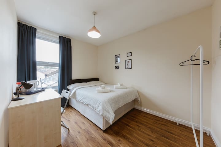 Mile end double room with shared bathroom - R3