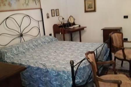 Camera matrimoniale ad un passo dall'Elba