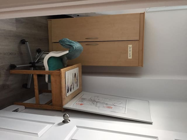 chambre, armoire et bureau