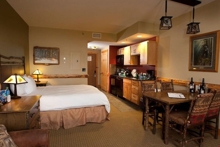Suite + Fireplace| Access Pool, Hot Tub, Gym | On-site WATERPARK & Spa