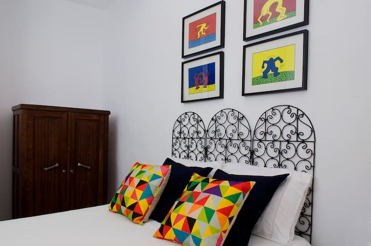 """Pop Art"" double bedroom with swimming pool"