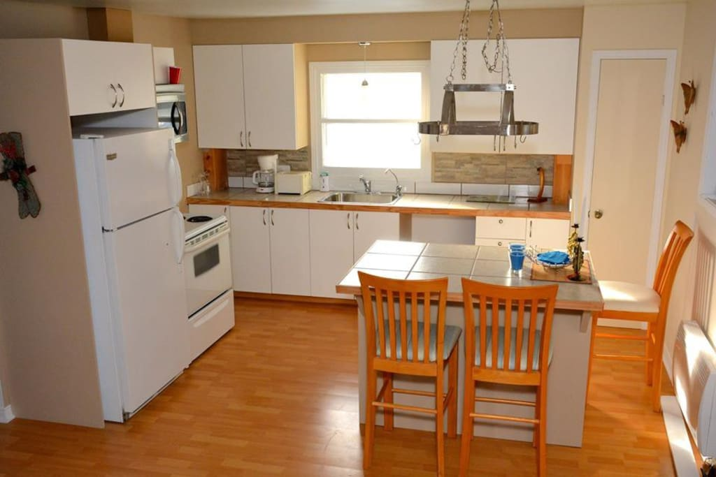 Cuisine aire ouverte toute équipée // Open spaced kitchen fully furnished