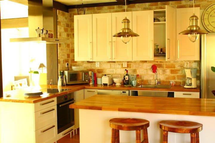 Keittiö alakerrassa, jossa mahdollisuus aamiaiseen. Tämä on isäntäväen oma keittiö, jota myös vieraat saavat käyttää.
