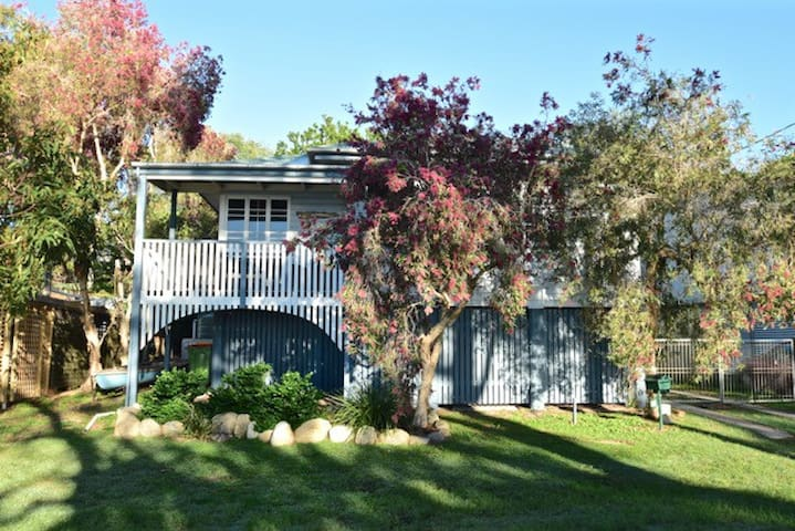 Character Queenslander 'Balmy Shores' at the Lake