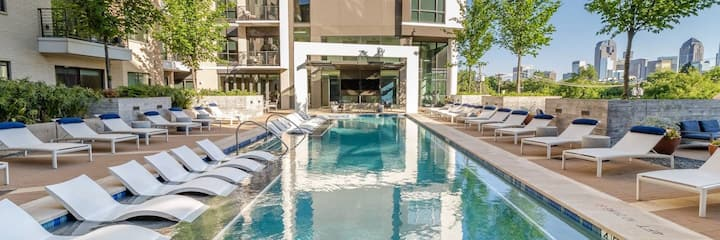 Luxury Pool Side Condo Unit in Uptown