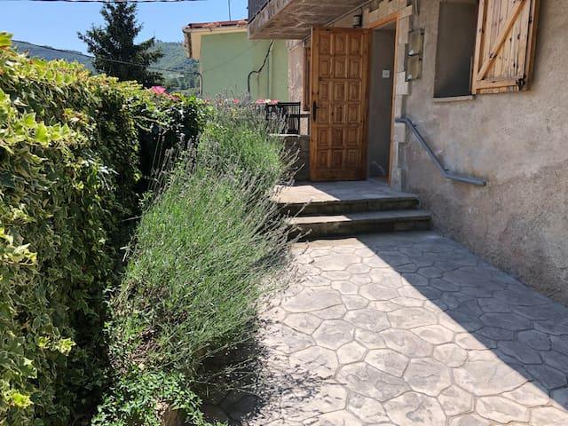 Monistrol de Calders. Casa amb terrassa i pati.