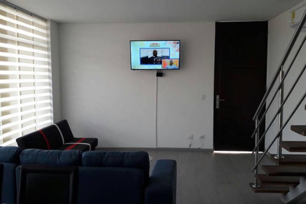 Sala con cómodos muebles, T.V. Aire Acondicionado