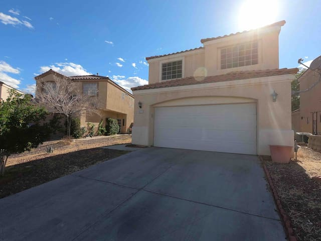 4 Bedroom Home Close to Strip & Stadium Fast WiFi