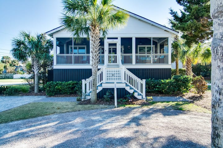 Dog-friendly coastal cottage w/deck & private gas grill - short walk to beach