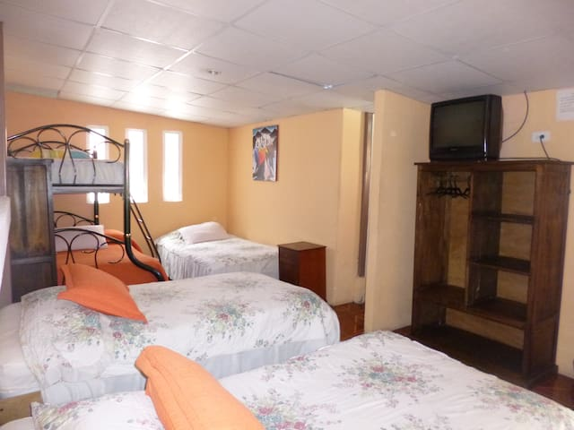 Dormitorio Mixto, La Mariscal Quito