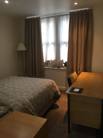 Double room in Apartment, Bentley