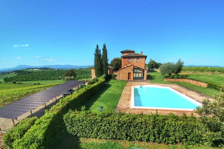 Amazing Farmhouse in Montepulciano with Shared Swimming Pool