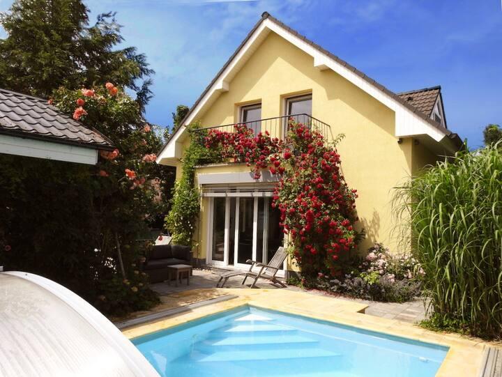 Komfortní Žlutý dům s bazénem, vířívkou a krbem