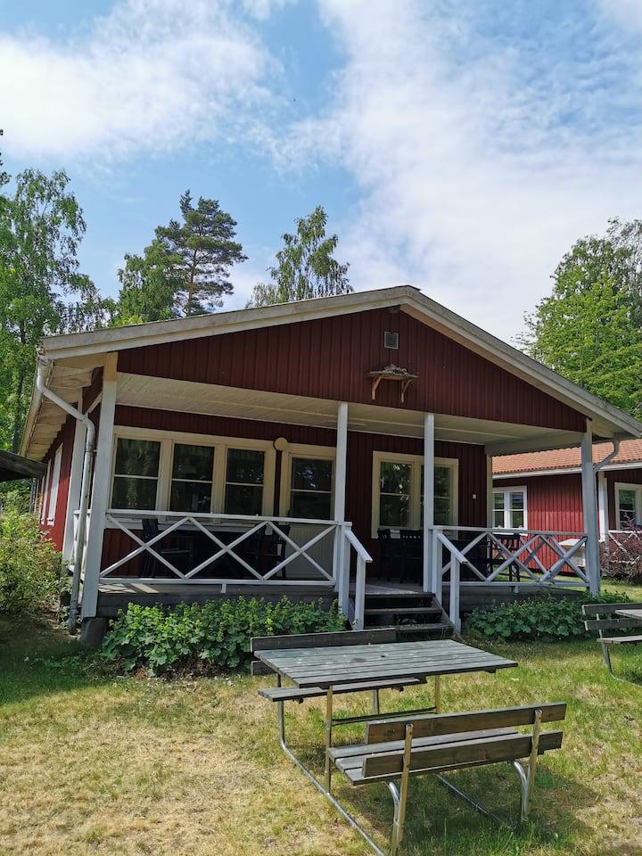 Sjönära stuga nära Läckö Slott - 10 bäddar (dygn)