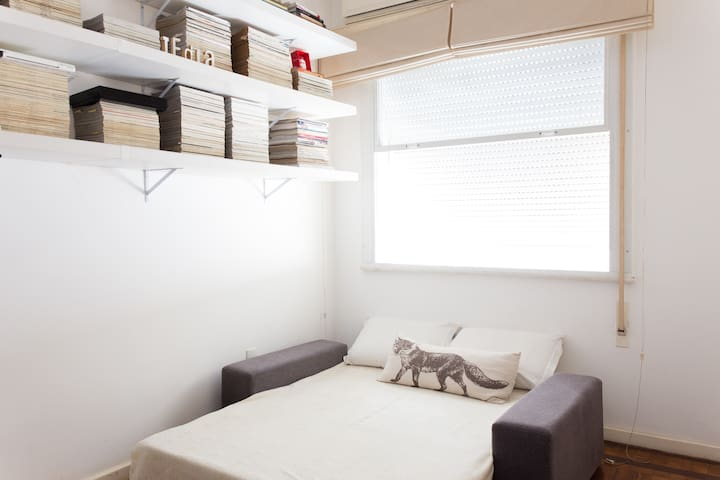quarto com sofá cama para duas pessoas