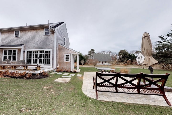 Classic beach home w/gas fireplace, deck, grill, close to golf and the beach!