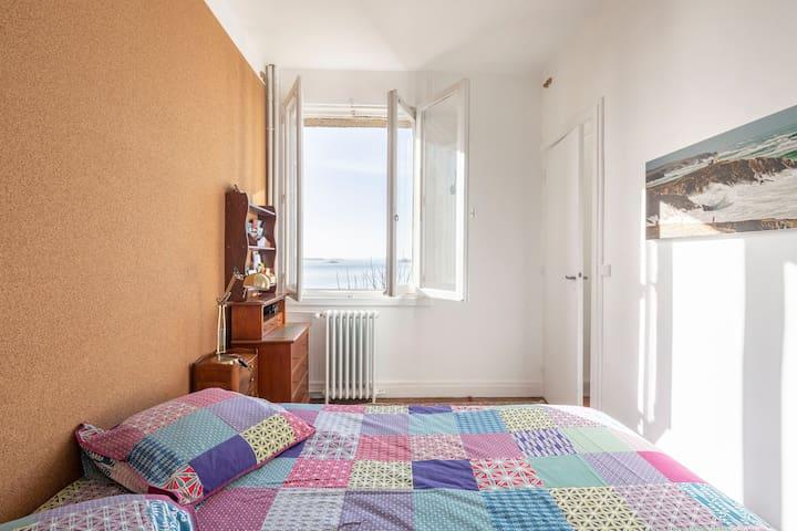 Dans la chambre le bureau permet de travailler avec vue sur la mer - In the bedroom the desk allows you to enjoy the sea view while working.