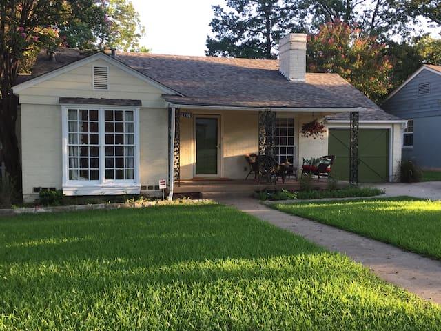 Oak Cliff Cottage Retreat