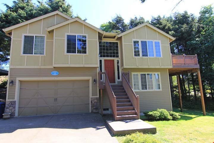 Spencer's Hillside Haven - New, Roads End Home w/ Large Hot Tub, WiFi, Short Walk to Beach
