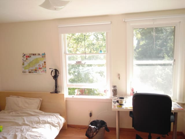 Bright, private bedroom, 2 minutes walk from BART - Berkeley - Talo