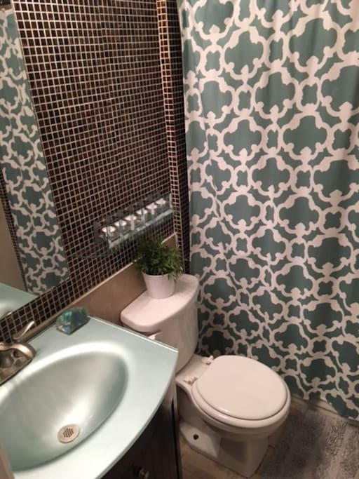 2nd Bathroom w/ Tub and shower